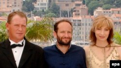 Карлос Рейгадас с актерами Марией Панкрац и Корнелио Уоллом. Канны, 22 мая 2007 года