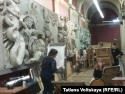 Копии Пергамского алтаря на галерее центрального зала