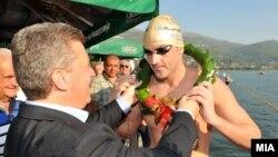 Претседателот Иванов мучестита на Петар Стојчев од Бугарија, победник на 26-от Охридски пливачки маратон.