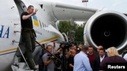 Олег Сенцов выходит из самолета после обмена. Аэропорт «Борисполь», 7 сентября 2019 года