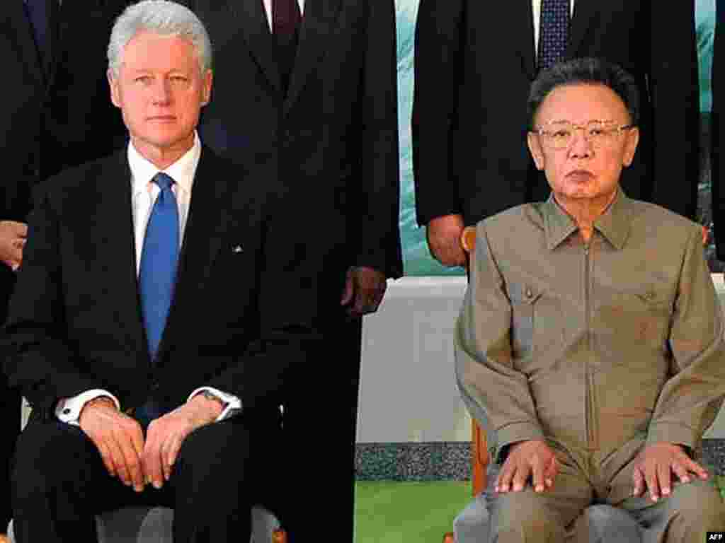 Kim (right) poses with former U.S. President Bill Clinton, in Pyongyang to free two journalists, in August 2009.