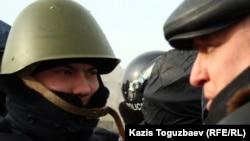 """Тіркелмеген """"Алға"""" партиясының жетекшісі Владимир Козлов полицеймен сөйлесіп тұр. Ақтау, орталық алаң, 21 желтоқсан 2011 жыл."""