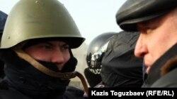 """Тіркелмеген """"Алға"""" оппозициялық партиясының жетекшісі Владимир Козлов полиция өкілімен сөйлесіп тұр. Ақтау, 21 желтоқсан 2011 жыл."""