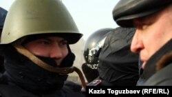 Тіркелмеген «Алға» партиясының жетекшісі Владимир Козлов (оң жақта) полицеймен сөйлесіп тұр. Ақтау, 21 желтоқсан 2011 жыл. (Көрнекі сурет)