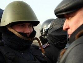 Лидер оппозиционной партии «Алга» Владимир Козлов беседует с полицейским. Актау, 21 декабря 2011 года.