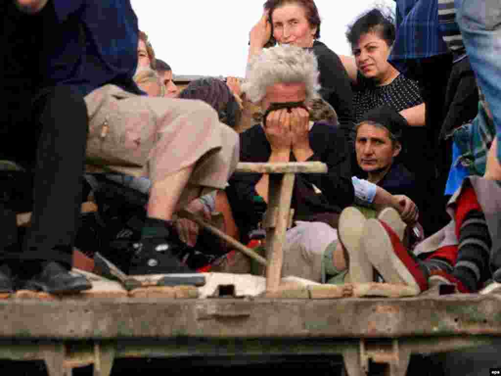Ресей әскерінен қашқан грузин босқындары жүк көліктерімен Тбилисиге кетіп жатыр. 13 тамыз 2008 жыл.