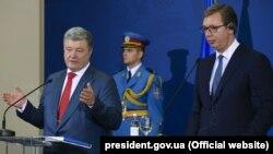Президент України Петро Порошенко і президент Сербії Александар Вучич (праворуч). Белград, 3 липня 2018 року