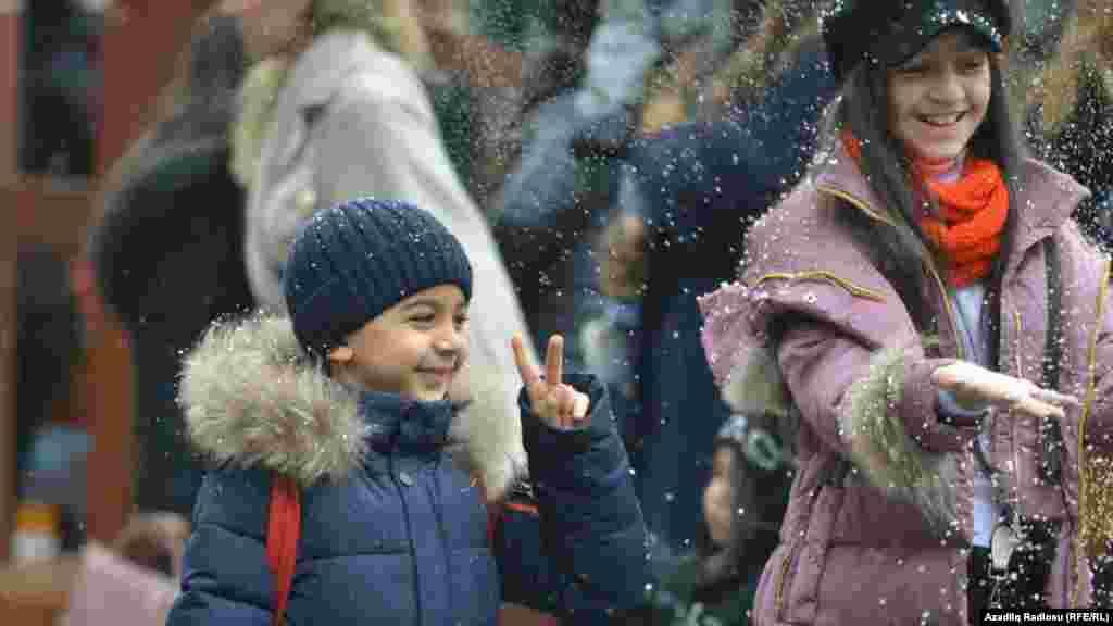Uşaqların süni qar sevinci