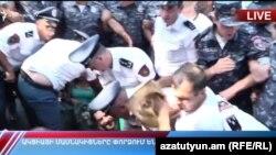 Полиция освобождает от манифестантов проезжую часть проспекта Баграмяна в Ереване, 19 августа 2019 г.