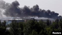Дим над Донецьким аеропортом після боїв між українськими військовими та проросійськими бойовиками, 26 травня 2014 року
