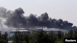 Дим з міжнародного аеропорту Донецька, 26 травня 2014