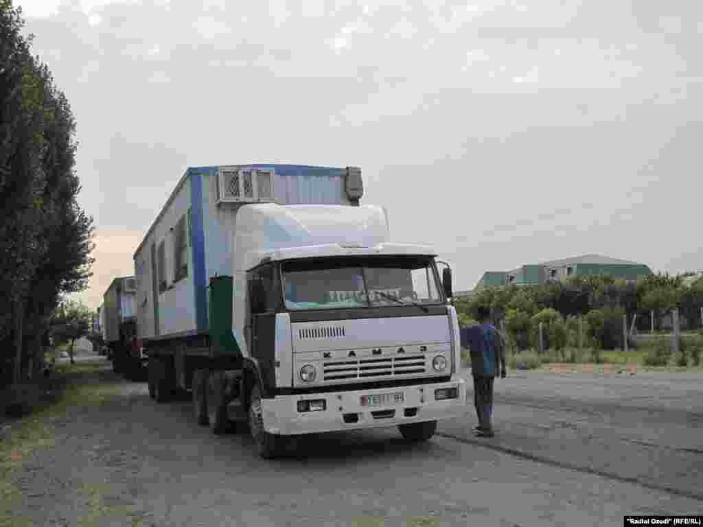 Жители Баткенского района потребовали освободить ранее задержанных в РТ 3 граждан КР. В знак протеста они взяли в заложники китайских дальнобойщиков