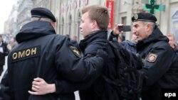 Ոստիկանները բերման են ենթարկում բողոքի ցույցերը լուսաբանող լրագրողին, Մինսկ, 26-ը մարտի, 2017 թ․