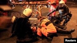 Լեհաստան - Բախումների ժամանակ վիրավորված ոստիկանին բուժօգնություն է ցուցաբերվում, Վարշավա, 11-ը նոյեմբերի, 2014թ.