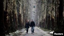 Қол ұстасып келе жатқан ер мен әйел. Босния және Герцеговина, Сараево,14 ақпан 2013 жыл. (Көрнекі сурет)