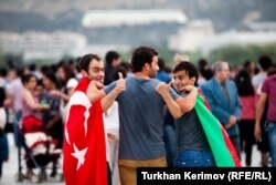 Eurovision байқауына келген түрік фанаты әзербайжандық жанкүйермен құшақтасып тұр. Баку, 23 мамыр 2012 жыл.