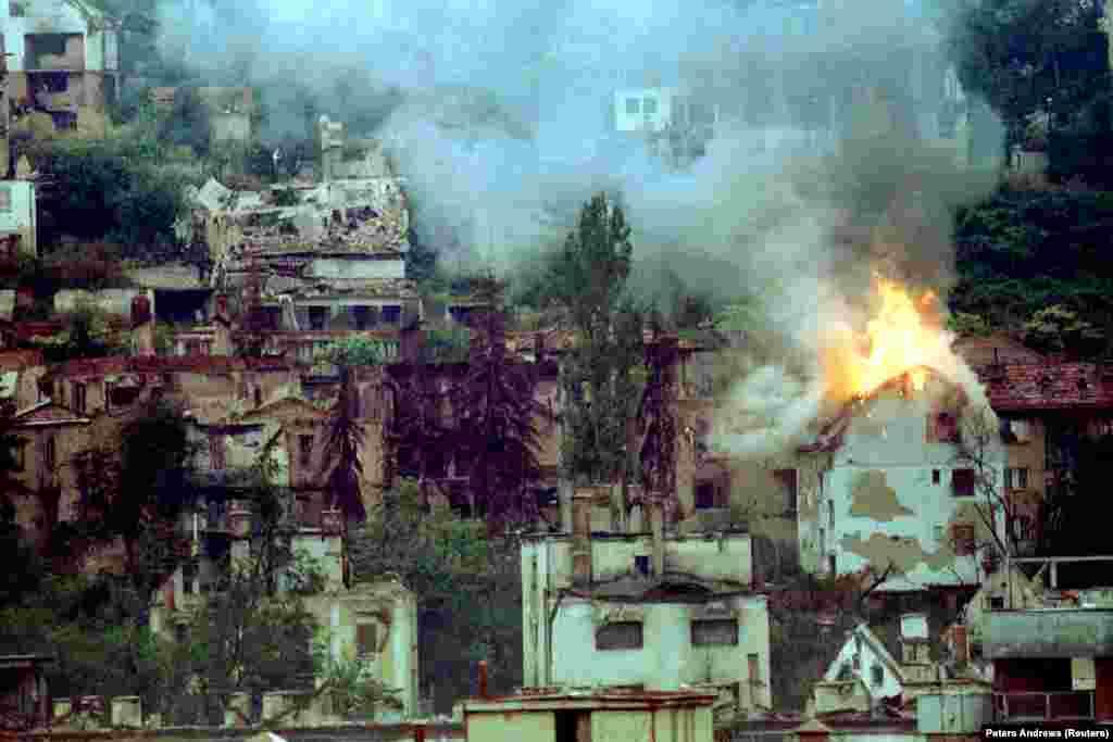یک ساختمان در سارایوو در آتش و در پی اصابت مستقیم خمپاره
