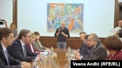 Aleksandar Vucic (solda öndən ikinci) və BMT-nin Kosovo missiyasının rəhbəri Zahir Tanin (sağda öndən ikinci), arxiv fotosu