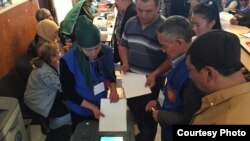 Қырғызстандағы сайлау. 4 қазан 2015 жыл. (Суретті Ерлан Қарин берген).