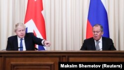 Britaniýanyň daşary işler ministri Boris Johnson (ç) we Orsýetiň daşary işler ministri Sergeý Lawrow (s), Moskwa, 22-nji dekabr, 2017