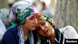Две плачущие женщины сидят напротив больницы в Газиантепе, Турция. 21 августа 2016 года.