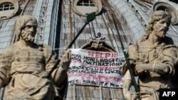 Итальянец Марсело де Финицио проводит акцию протеста на крыше собора Святого Петра в Ватикане, 3 октября 2012 года.