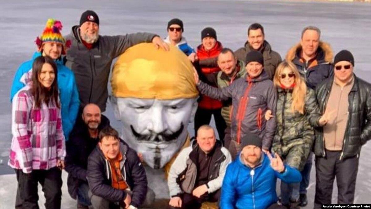 Дайверы затопили в карьере бюст Ленина