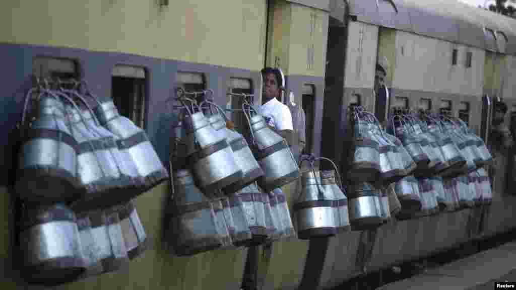India - Kante za mlijeko okačene na putnički vlak u Gaziabadu, predgrađe New Delhija,14.03.2012. Foto: Reuters / Parivartan Sharma