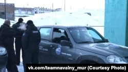 Сотрудники ЧОП во время визита активистов мурманского штаба Навального