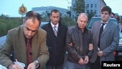 Задержание в Батуми Петре Давришадзе, обвиняемого в Грузии в шпионаже в пользу России (второй справа). 5 ноября 2010 г.