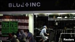 Грабители нападают на магазин одежды в лондонском районе Пэкем, 8 августа 2011 года