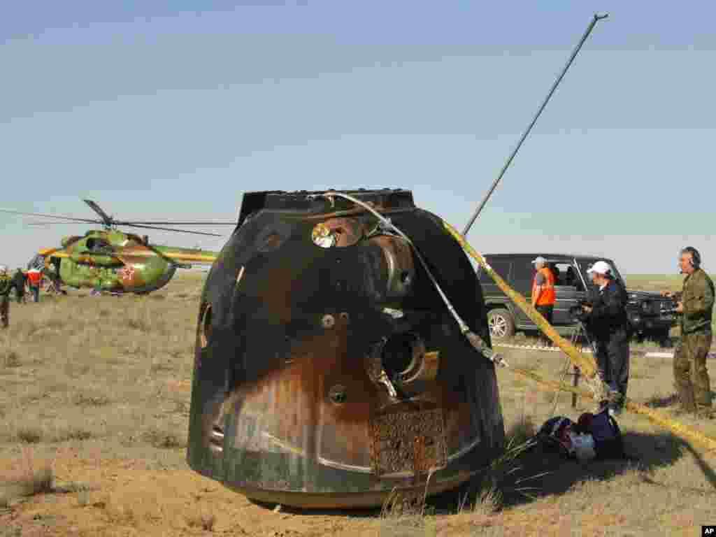 Капсула російського космічного корабля «Союз ТМА-20» 24 травня здійснила посадку посеред казахського степу. Photo by Mikhail Metzel for AP