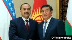 Премьер-министры Кыргызстана и Узбекистана Сооронбай Жээнбеков и Абдулла Арипов. Бишкек, 16 августа 2017 года.