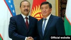 Kyrgyz Prime Minister Sooronbai Jeenbekov (right) welcomes Uzbek Prime Minister Abdulla Aripov to Bishkek on August 16.