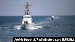 Грузинський катер Берегової охорони Ochamchir («Очамчір»), катер Морської охорони ДПСУ «Балаклава» та румунський корвет Lastunul позаду нашого корабля