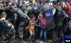 Migranți încercând să intre în Macedonia, din Grecia