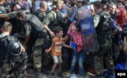 Беженцы на границе Греции и Македонии, лето 2015 года