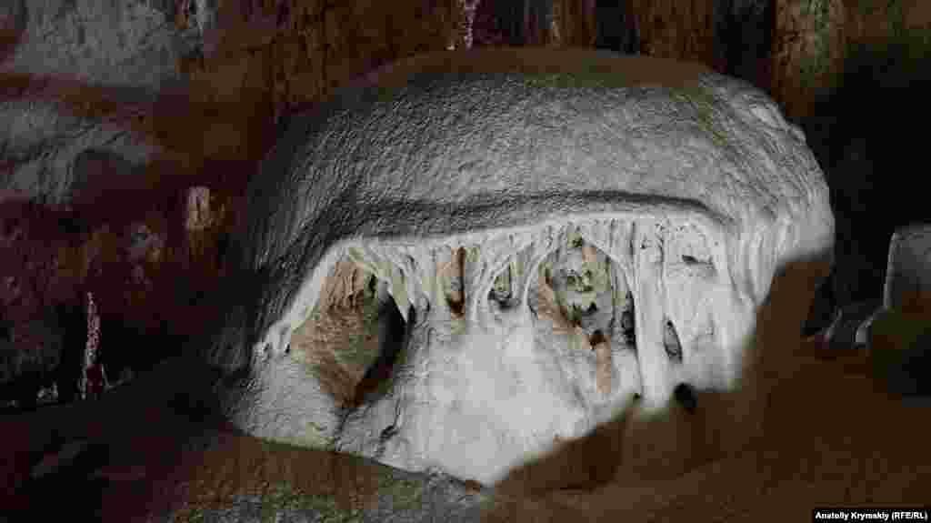 Огромный сталагмит, который получил название «Шапка Мономаха»