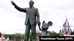 """კომპანიის დამაარსებლის, უოლტ დისნეისა და მისი მულტფილმების გმირის, მიკი მაუსის ქანდაკება ტოკიოს გარეუბანში მდებარე """"დისნეილენდში""""."""