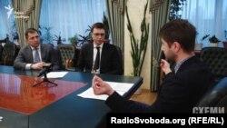 Директор департаменту управління об'єктами державної власності Юрій Гвоздєв (ліворуч) та заступник міністра інфраструктури Володимир Омелян