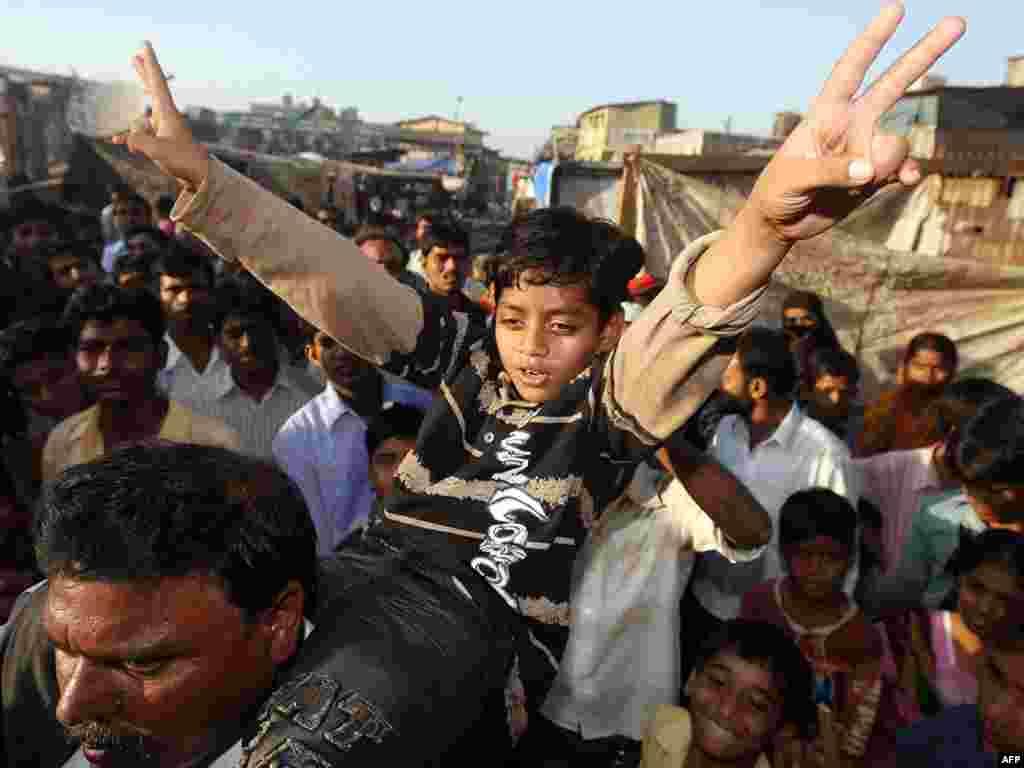 India - Trenuci slave - Dječak Mohammed Azharuddin Ismail, glavni lik filma ¨Milioner s ulice¨, svoje glavno slavlje nije izgleda imao na dodjeli Oskara, već u rodnom Mumbaiu,gdje su ga dočekali prijatelji,susjedi,familija...