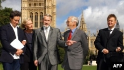 U.K. -- Prominent Chechen separatist figure Akhmed Zakayev (C), Andrei Nekrasov, Vanessa Redgrave, Lord Rea and Aleksandr Litvinenko (R) outside the House of Lords in London, September 14, 2004