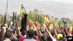 جوانان در تهران با تفنگهای آبپاش خود جشن میگیرند. ۲۹ ژوئیه ۲۰۱۱.