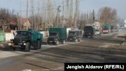 Сохко гуманитардык жардам алып бараткан Өзбекстандын унаалары. Кадамжай району, 25-январь, 2013