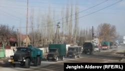 Грузовики, везущие гуманитарную помощь из Узбекистана в Сох. Кадамжай, Кыргызстан, 25 января 2013 года.