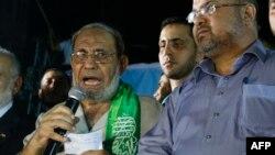محمود الزهار (چپ)