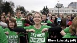 Виконувач обов'язків міністра охорони здоров'я України Уляна Супрун (в центрі) бере участь у пубілчному тренуванні, присвяченому Всесвітньому дню здоров'я в Києві, 2017 рік