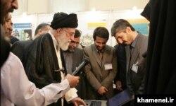 بازدید علی خامنهای از یکی از دورههای نمایشگاه کتاب تهران