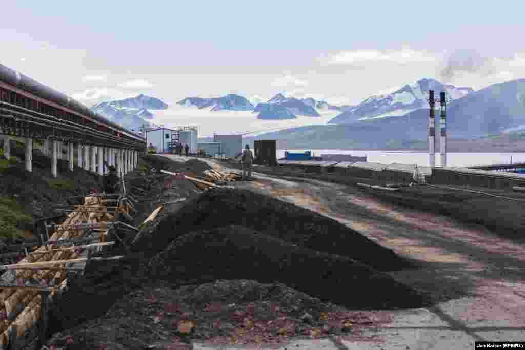 Несмотря на то, что договор о Шпицбергене подписали 50 стран, уголь здесь добывают только Россия и Норвегия. Причем невыгодно это обеим странам.