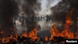 Ауған полициясы АҚШ-қа қарсы наразыларды тарқатып жүр. Кабул, 15 қыркүйек 2010 жыл.